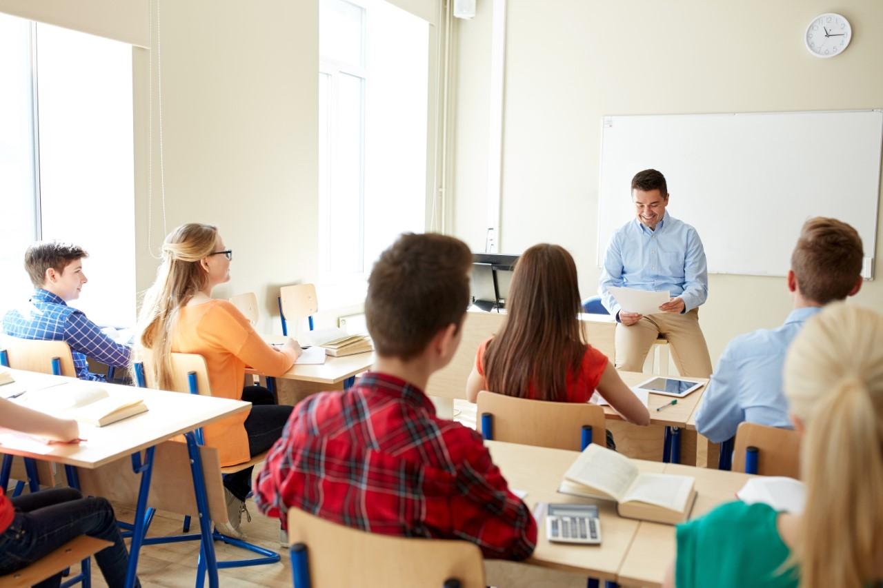Un enseignant fait cours devant sa classe